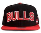 Mitchell & Ness Bulls Training Room Snapback - Black/Red 1